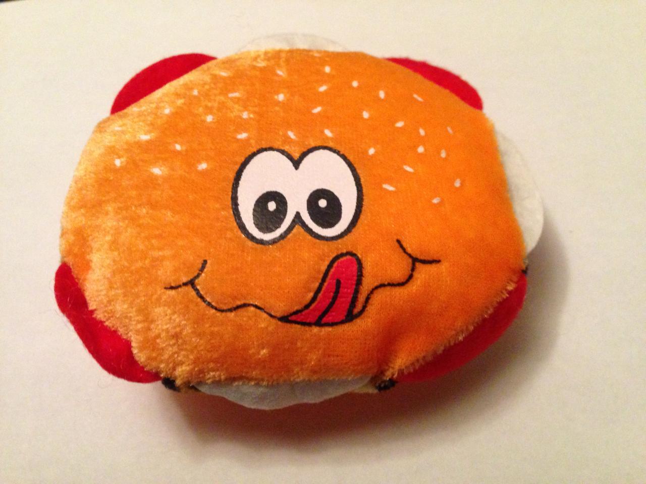 Très originale et toute douce, cette peluche burger...