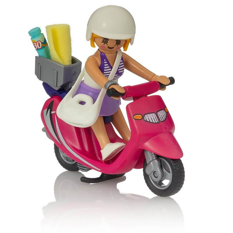 Vacanciere sur son scooter playmobil